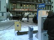 Parkeringsautomatene ligger rett i nærheten av hverandre. Lett å ta feil, mener Dag Bjørnefell. Foto: Yngve Tørrestad, NRK