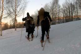 På vei opp fra Lillehammer mot Østerdalen med samme utstyr somn i 1206. (Foto: Jesper Edvardsen/NRK)