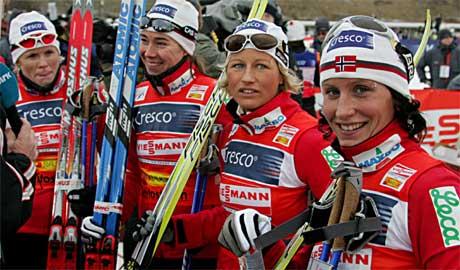 <b>NOVEMBER 2005: </b>Hilde G. Pedersen, Ella Gjømle, Vibeke Skofterud og Marit Bjørgen etter stafettseieren på kvinnenes verdenscup 4x5 km på Beitostølen. Foto: Ørn E. Borgen / SCANPIX .