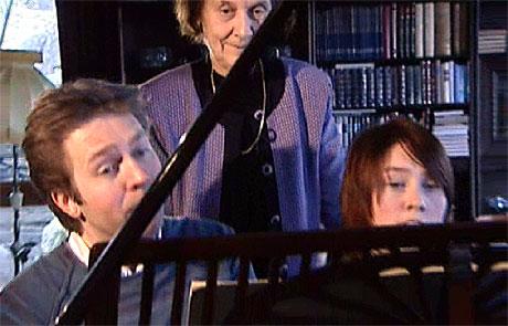 Leif Ove Andsnes og Ingrid Andsnes spiller for pianolærer Laila Pedersen. Foto: Arild Eskeland/NRK