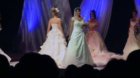 Brudekjolene er høydepunktet på brudeshowt. Foto: Andreas Hagen, NRK