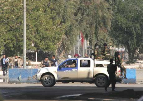 Irakiske politistyrkar stengde av området etter sjølvmordsaksjonane ved innanriksdepartementet i Bagdad. (Foto: AFP/Scanpix)