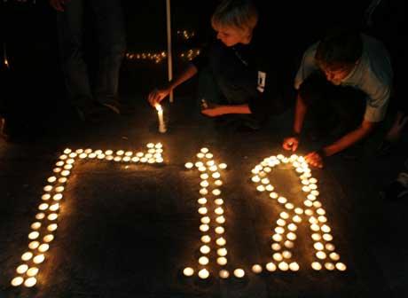 Ungdom plasserer lys som former bokstrane Giya - kjælenavnet på Gongadze - under en minnemerkering (Scanpix/AFP)