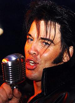 Kjell-Elvis er kåret til Europas beste Elvis-imitator. Her setter Kjell Henning Bjørnestad, som er hans borgerlige navn, sin verdensrekord i avsynging av Elvis-melodier i 2003 etter 26 timer, 4 minutter og 40 sekunder. Foto: Terry Young / Scanpix.