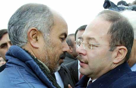 Tyrkias helseminister Recep Akdag (t.h.) har reist til Van og omfavner her faren til de tre barna som er døde av fugleinfluensa (Scanpix/Reuters)