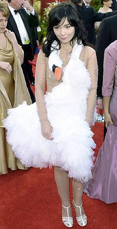Björks fantastiske svanekjole fra Oscar-festen i 2001 har blitt lagt merke til. Arkiv-foto: Michael Caulfield, AP Photo / Scanpix.