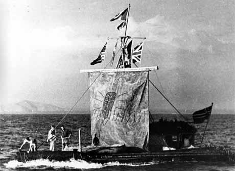 Thor Heyerdahl og hans mannskap på flåten Kon-Tiki i 1947. Nå følger seks menn i deres kjølvann. (Foto: AP Photo)