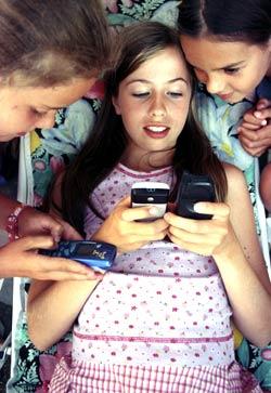 <b>Alltid på.</b> Mange unge adopterer voksnes vaner og er tilgjengelig på mobilen døgnet rundt. (Illustrasjonsfoto: Berit Keilen, Scanpix)