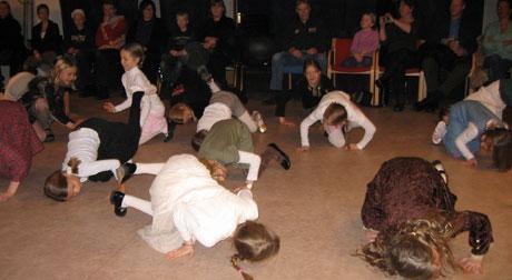 Barna viser foreldrene allsidig dans på Bestum. Foto: Mari Johansen, NRK