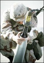 En soldat undersøker en 105 mm granat under Gulfkrigen. Øverst på granaten er en kapsel som beskytter delen med utarmet uran. (Foto: US Army)