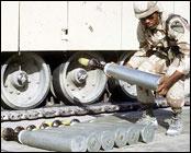 En soldat bærer en 105 mm granat med utarmet uran under Gulfkrigen. (Foto: US Army)