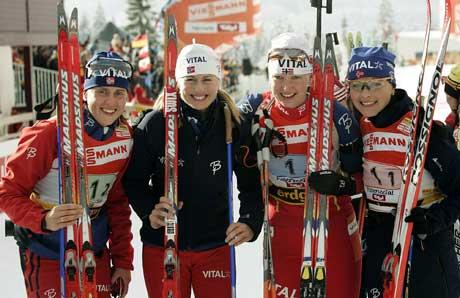 Gro Marit Istad-Kristiansen, Gunn Margit Andreassen, Linda Tjørhom og Liv Grete Poiree etter at de vant stafetten i Hochfilzen før jul. (Foto: AP/Scanpix)