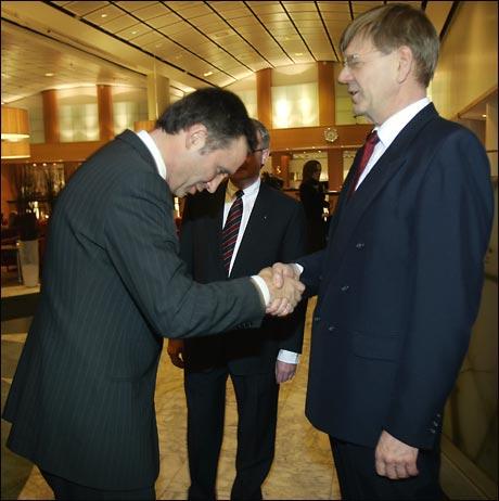 NHO-direktør Finn Bergesen jr. ønsker statsminister Jens Stoltenberg velkommen til middagen i forbindelse med NHOs årskonferanse i Oslo onsdag. (Foto: Heiko Junge / SCANPIX)
