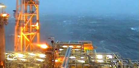 Solide bølger omgav Kristin-plattformen denne uka. Foto: Statoil.