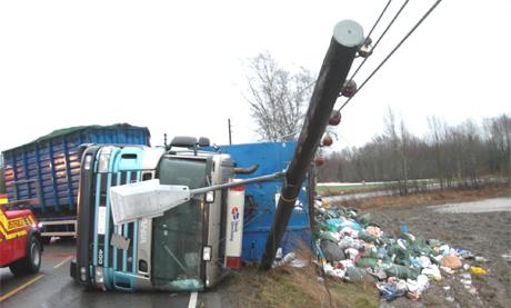 <b>Tok med seg kabelmast: </b> Riksveg 115 åpnes trolig igjen klokken 17. (Foto: Vidar Tangerud)
