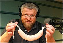Hans-Petter viser stot fram den første pølsa. (Foto: Tonje Skjervold)