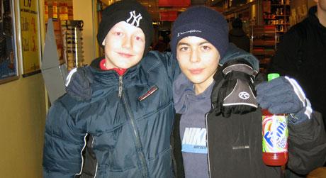 12-åringene Stian Myhre og Daniel Hannisdar er opptatt av fotball og sjakk. Foto: Carolina Maira Johansen, NRK