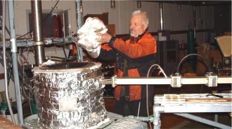 Etter at sekken med ved er på plass, settes et lufttett lokk på.