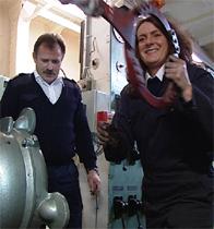 Maskinsjef Terje Nodeland hjelper Torunn Myhre i maskinrommet. Foto: NRK