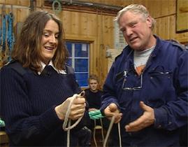 John Bergum lærer bort pålestikk. Foto: NRK