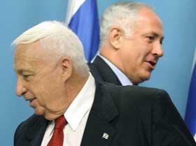 To rivaler i israelsk politikk; statsminister Ariel Sharon og Likuds Benjamin Netanyahu. Foto: AFP/Scanpix