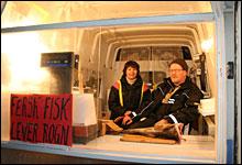 """Fiskehandlerne Vivi Danielsen og Ismo Sunnari prioriterer """"business"""" fremfor """"pleasure"""". Dermed blir det det fiskesalg og ikke Grand Prix på dem denne fredagskvelden."""