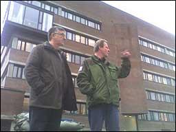 Bygningssjef Torolf Norheim i fylkeskommunen og ordførar Olav Lunden i Leikanger kommune framfor Fylkeshuset. MMS-foto: Arne Eithun, NRK