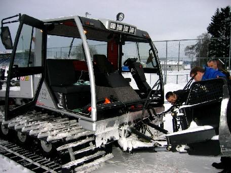 Politiet undersøker den skadde tråkkemaskina etter ungdommenens vill ferd i nyttårshelga. Foto: Park- og fritid i Molde kommune.