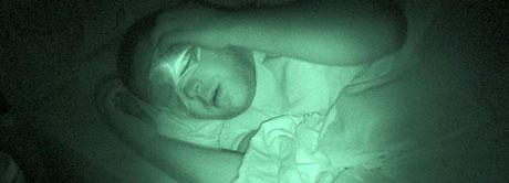 Bjørnar Krisner er sengeliggende døgnet rundt, og tåler ikke lys. Fotografiet er tatt med spesialkamera i stummende mørke.