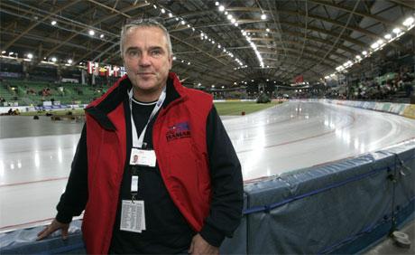 Teknisk driftssjef Jon Andersen fotografert med en smeltende is i bakgrunnen etter at fryseanlegget i Vikingskipet sviktet under lørdagens EM-arrrangement på Hamar. (Foto: Bjørn Sigurdsøn / SCANPIX)