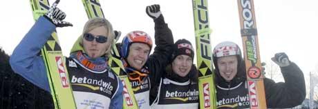 Det norske laget med Bjørn Einar Romøren, Lars Bystøl, Roar Ljøkelsøy og Tommy Ingebrigtsen etter seieren i lagkonkurransen i VM i skiflyging i Kulm søndag. (Foto: Cornelius Poppe / SCANPIX)