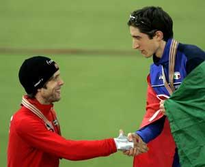 Ervik gratulerer Fabris med gullet. (Foto: AP/ SCANPIX)