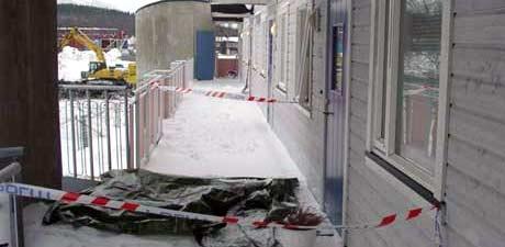 En 22 år gammel gutt ble funnet død i denne leiligheten i Tromsø i mars 2005. En kvinne er tilalt for drap. (Foto: NRK)