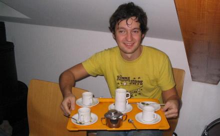 Morfar serverer kaffe og musikk (foto Morten Samdal).