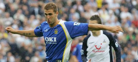 Azar Karadas i aksjon for Portsmouth. Foto: Odd Andersen/Scanpix.