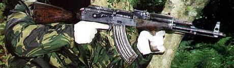 <b>Militære våpen: </b>Våpen samles inn på Balken og smugles til Norge sammen med narkotika, sier politiet i Sarpsborg. Slike Avtomat Kalashnikov-geværer som vist her kan være solgt til kriminelle i Østfold. (Foto: Scanpix)