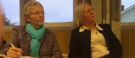 Samferdselsminister Liv Signe Navarsete var på Vestfold-turné tirsdag. Her sammen med Holmestrands ordfører Gerd Monsen (t.v.)Foto: Per Foss, NRK
