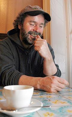 Jeg liker konditorier, sier Henning Kvitnes, som kommer med sin 19. plate «Ut av veggen» i disse dager. Foto: Gitte Johannessen, NTB.