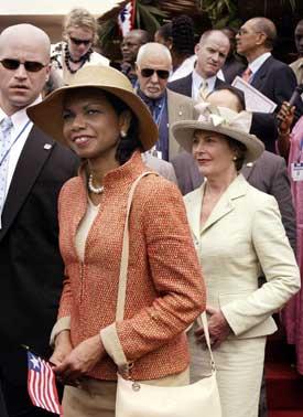 USAs utenriksminister og førstedame var tilstede da Liberias første kvinnelige president ble tatt i ed. Foto: Scanpix/AFP.