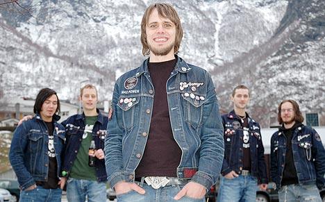 """Turbonegerfan Raymond Løkken (25) er en av de tre nominerte til prisen """"Årets blodfan"""". Foto: NRK."""