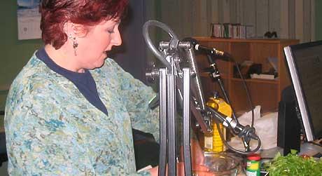 Anja Brekne lager tapas i studio (foto: Gunnar Kleiberg)
