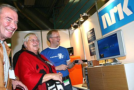 NRKs Bjarte Johannesen gir ekteparet Einar og Marianne Kjølås innblikk i framtidens radio og fjernsyn. Digital distribusjon gir nye muligheter og rom for spennende tilleggstjenester. (Foto: Jon-Annar Fordal)