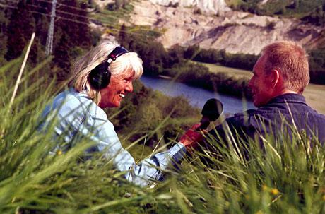 Kari Bay Haugen er hedret med Den norske Friluftslivprisen 2006 etter over 40 års i NRK med natur og friluftsliv som stoffområde. Her ute på opptak sammen fylkesjordsjef Jan-Yngvar Kiel i Sør-Trøndelag. (Foto: Jon-Annar Fordal)