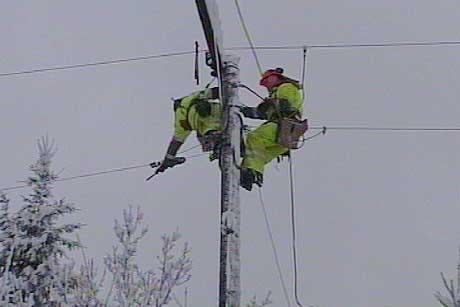 Store mannskaper redder strømnettet - her på Løddesøl (foto: Odd Rømteland)