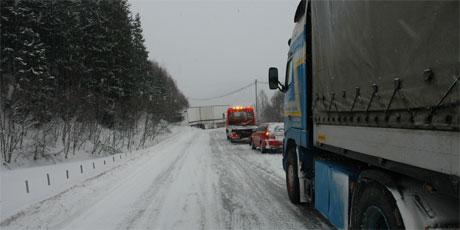 Riksveg 3 var ble stengt etter ulykken på Kvikne. (Foto: Jon Schärer)