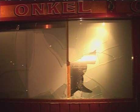 Utestedet Onkel Oscar i Mo i Rana måtte evakuere gjestene sine, da gjenstander blåste inn gjennom vinduene. Foto: Frank Nygård/NRK