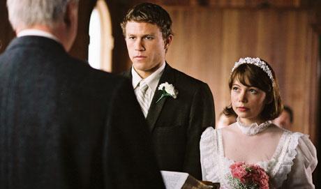 Mennene må gifte seg med kvinner, selv om de er forelsket i hevrandre. Foto: Filmweb.