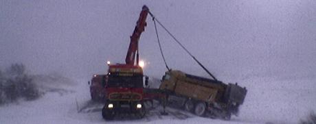 Brøytebilen på Dovrefjell får hjelp til å komme opp. Foto: Geir Olav Slåen