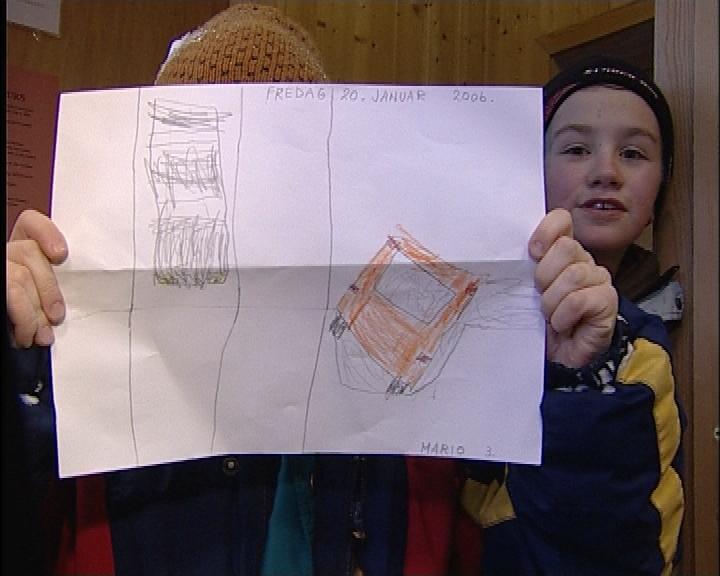 Eeleve tegnet bussveltet da de endelig kom fram til skolen. (Foto: Jan Egil Løvbakk, NRK)