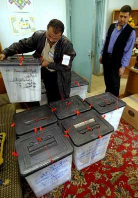 Nå er stemmene telt etter valget i Irak. Sjiaene fikk som ventet flest stemmer. Foto: Scanpix/AFP.
